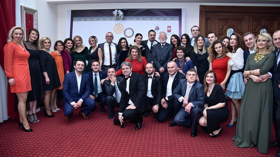 """Pjesë nga mbulimi medial i aktivitetit të Fondittë Bursave pranë Klubit Rotarian Gjakova-Çabrati me moton """"T'i japim dritë dijes"""""""
