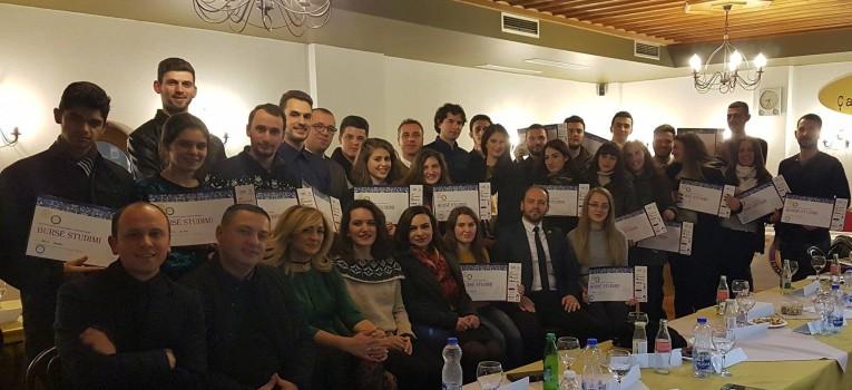"""Pjesë nga mbulimi medial i ceremonisë solemne të shpalljes së bursistëve të Fondit të Bursave pranë Klubit Rotarian Gjakova-Çabrati me moton """"T'i japim dritë dijes"""""""